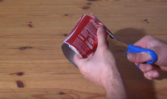 Κόβει κουτάκια Coca-Cola… και φτιάχνει φανταστικό χριστουγεννιάτικο στολισμό! (ΒΙΝΤΕΟ)