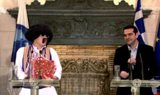 Γέλια μέχρι δακρύων: Ο τσολιάς της Ελληνοφρένειας λέει τα κάλαντα στον Αλέξη Τσίπρα (ΒΙΝΤΕΟ)