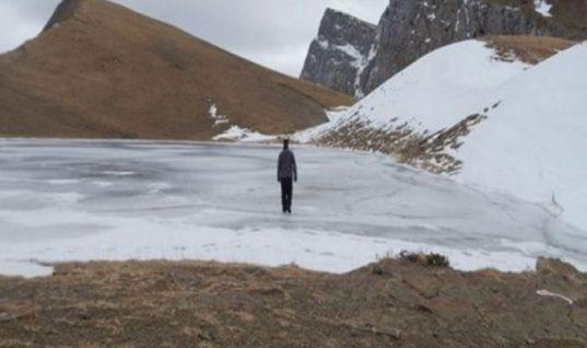 Υπέροχες εικόνες από τα Ιωάννινα: Περπατούν πάνω στην παγωμένη λίμνη!
