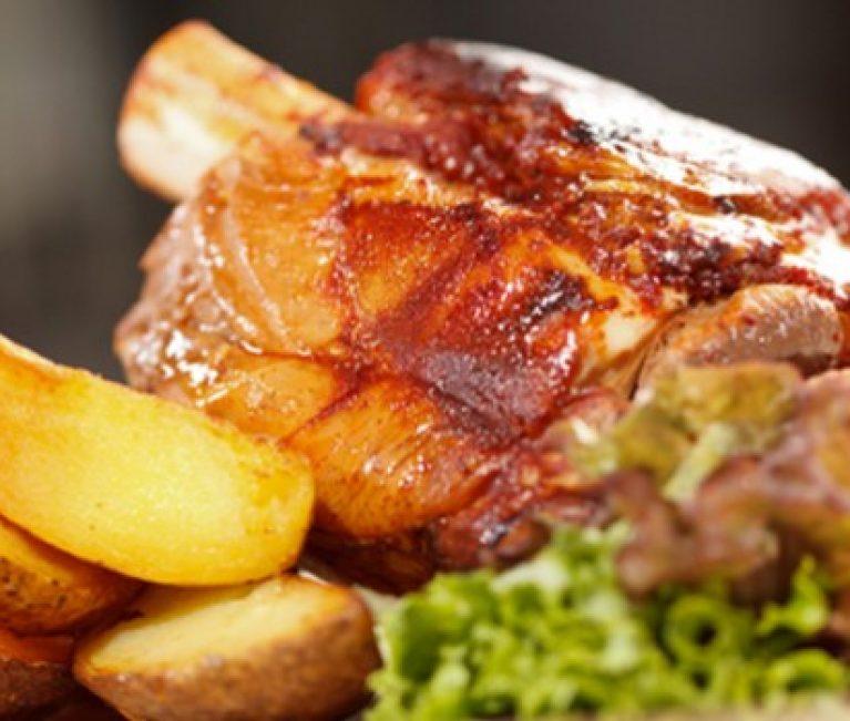 Συνταγή: Χοιρινό κότσι μελωμένο με πατάτες!