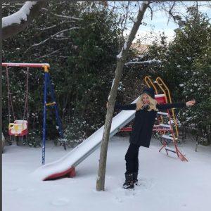 Ακομπλεξάριστη Ελένη Μενεγάκη: Βγήκε άβαφη να παίξει στο χιόνι! Δείτε τις φωτογραφίες που ανέβασε στο Instagram