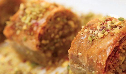 Συνταγή για μπακλαβαδάκια με φιστίκι Αιγίνης και άρωμα τριαντάφυλλο!