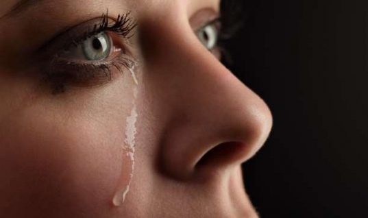 Τι κάνει το πένθος στο σώμα -Γυναίκα που έχασε τη μητέρα της εξηγεί