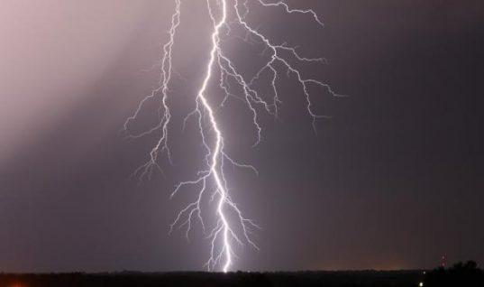 Κεραυνός χτυπά σπίτι δύο φορές στην διάρκεια καταιγίδας! Δείτε το απίστευτο βίντεο