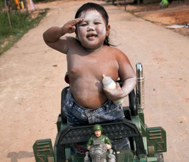 Θυμάστε το 2χρονο αγοράκι που κάπνιζε μανιωδώς, 40 τσιγάρα την ημέρα; - Δείτε πως είναι σήμερα και τι κάνει (εικόνες)