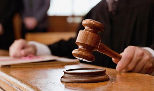Θεσσαλονίκη: Κάθειρξη άνω των 40 ετών σε μητέρα και τον πρώην σύντροφό της που κακοποιούσαν σεξουαλικά και βασάνιζαν δύο ανήλικα αγόρια