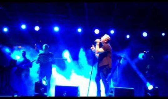 Αντώνης Ρέμος: Έσβησε κεράκια στη σκηνή αγκαλιά με την κόρη του!