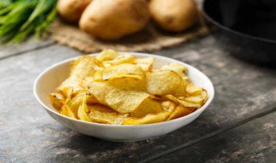 Φτιάξτε τα πιο νόστιμα πατατάκια στο σπίτι και γλιτώστε πάρα πολλές θερμίδες!