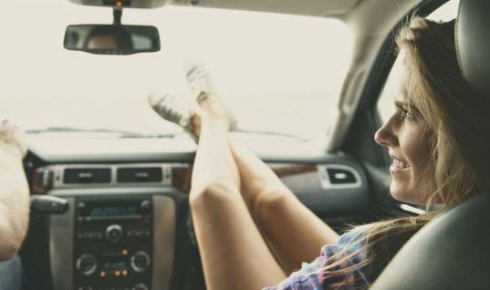 Δείτε γιατί δεν πρέπει να ακουμπάτε τα πόδια στο ταμπλό του αυτοκινήτου