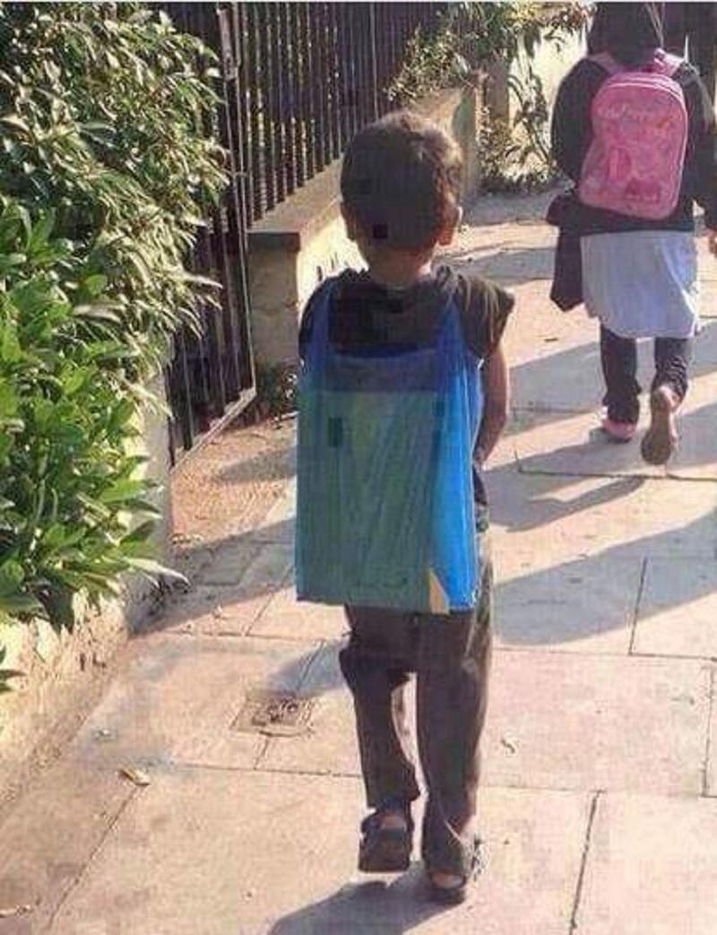 Η φωτογραφία με το παιδάκι έξω από το σχολείο που παγώνει το αίμα (εικόνα)
