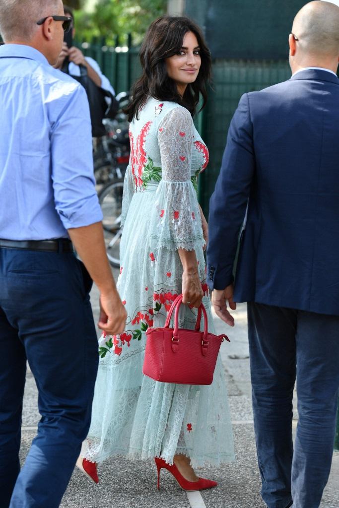Η Penelope Cruz κράτησε την πιο ωραία τσάντα της σεζόν! (εικόνα)