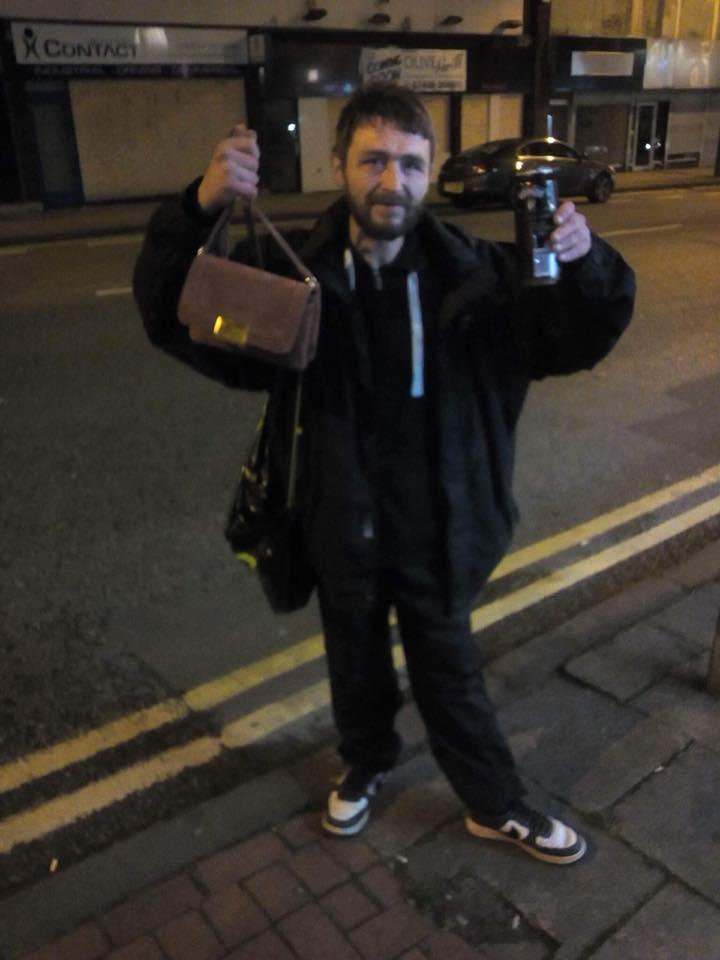 Άστεγος έψαχνε επί 2 μέρες μία κοπέλα για να της δώσει την τσάντα που είχε χάσει (εικόνα)