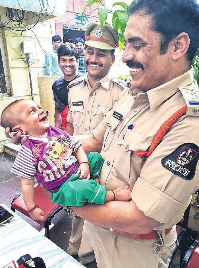 Η αντίδραση μωρού στους αστυνομικούς που τον διέσωσαν από απαγωγείς είναι υπέροχη (εικόνα)